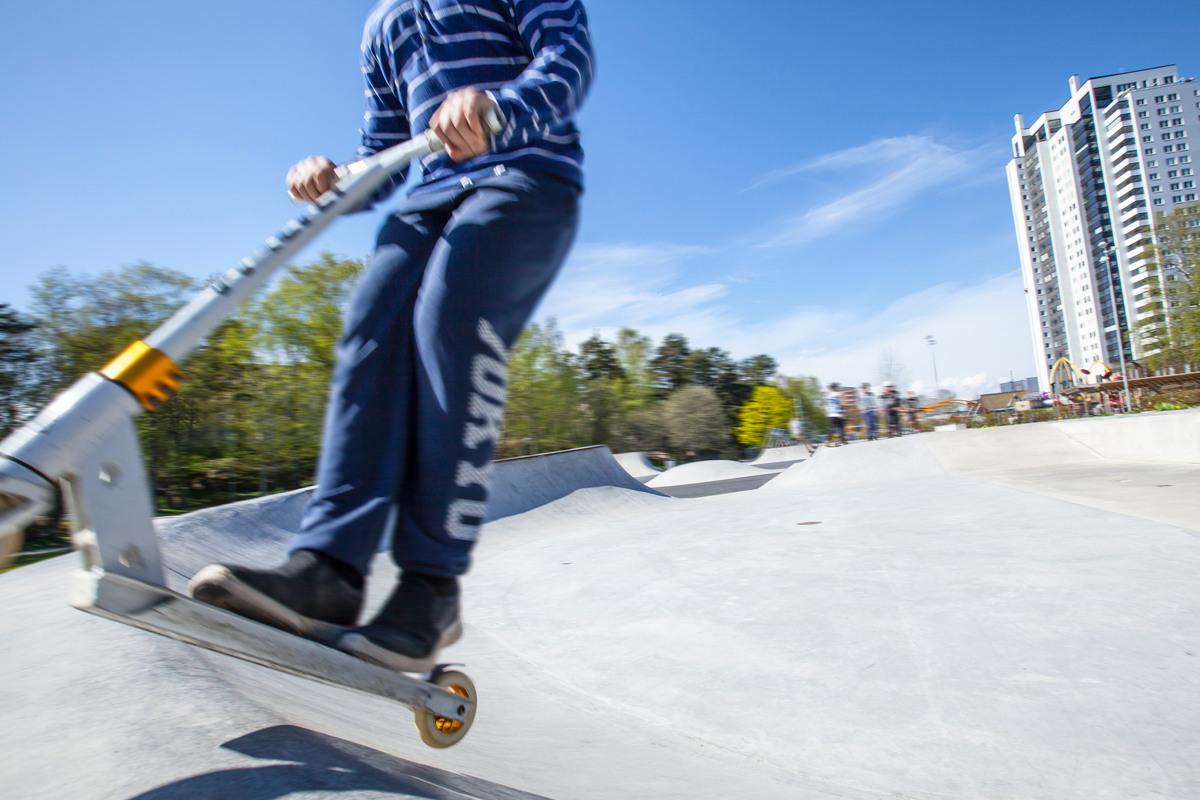 Barn åker sparkcykel på skatepark 135. ab5cc7f0abd6b